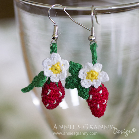 Strawberry earrings in crochet - Free pattern by Anita Schaeder from Annie's Granny Design